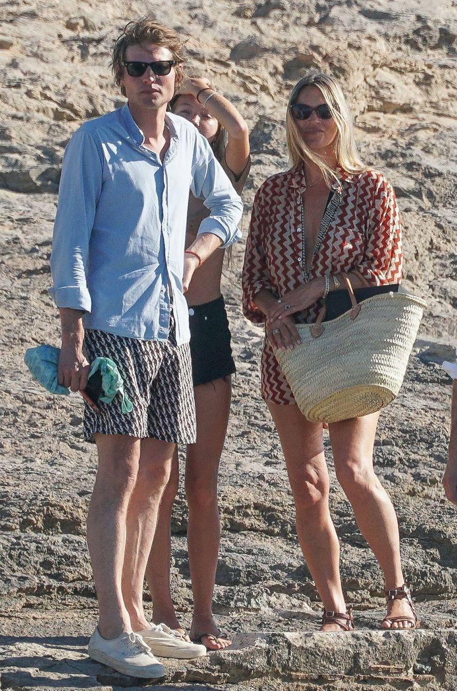Kate Moss avec sa fille Lila Grace et son fiancéNikolai von Bismarck à Formentera, en Espagne, le 6 août 2020