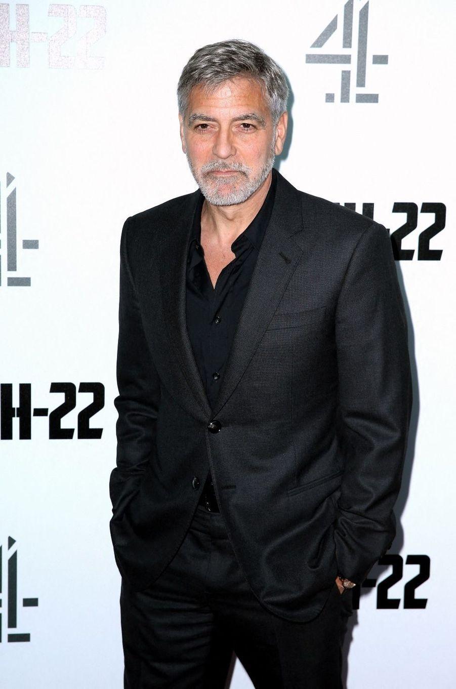 C'est notamment auprès de l'Afrique que George Clooney est engagé. En plus de faire des dons, l'acteur donne aussi de sa personne pour lutter contre les crimes et la corruption sur le continent. En 2019, il proposait au gouvernement américain de s'attaquer aux finances des dirigeants du Soudan afin d'endiguer la violence dans le pays.