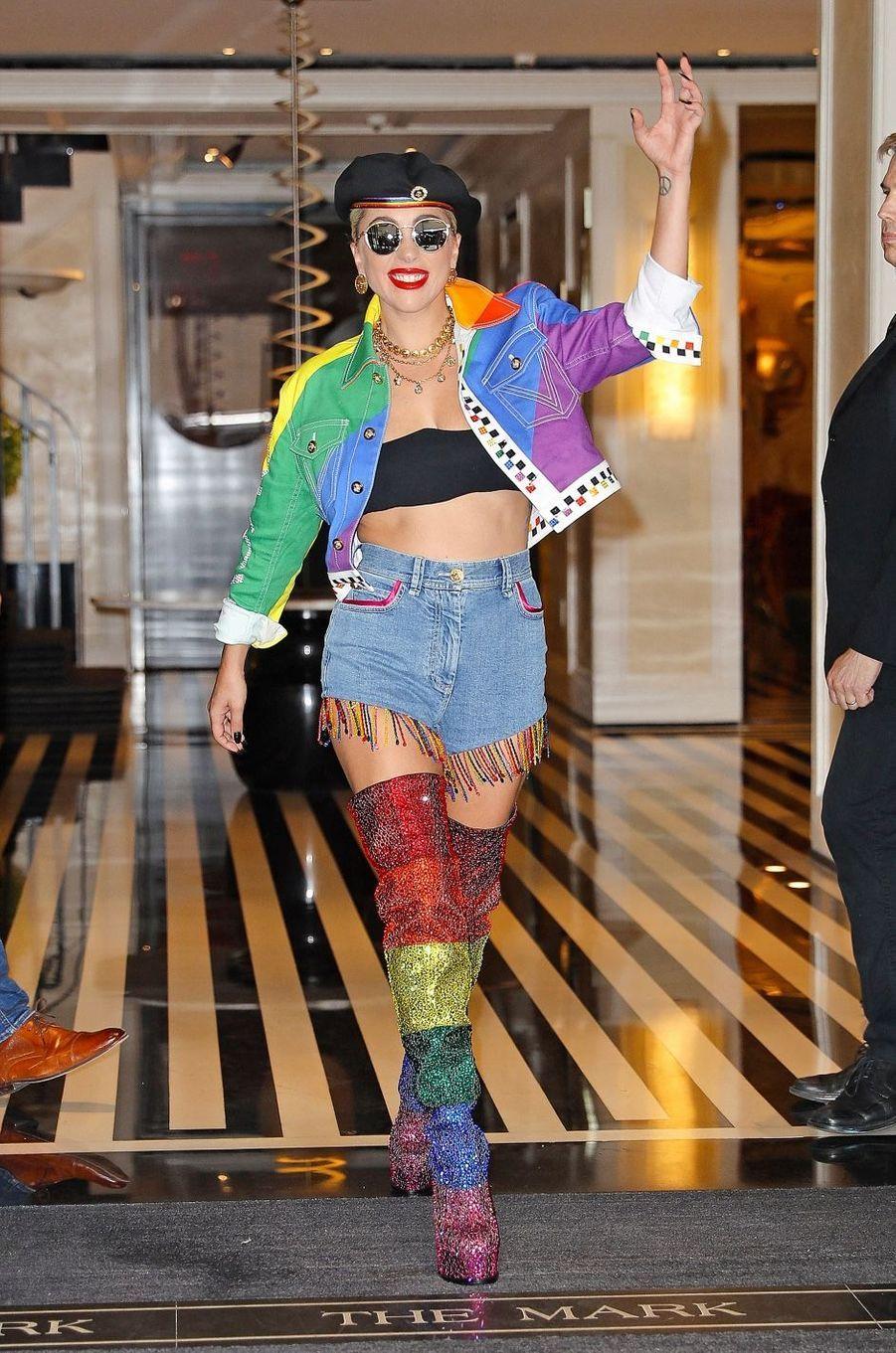 Connue pour ses looks extravertis, Lady Gaga est aussi une activiste et défend particulièrement la communauté LGBT, elle y même dédié une chanson: «Born this way». Elle milite également contre les violences sexuelles et a entre autres co-écrit un texte de loi blâmant le viol sur les campus universitaires.