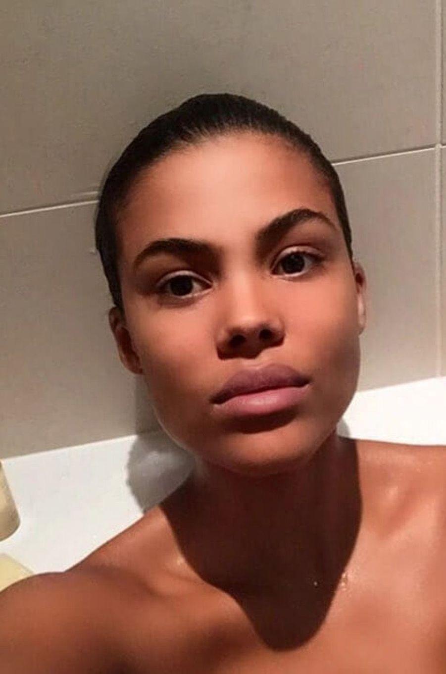 Tina Kunakey dans son bain.