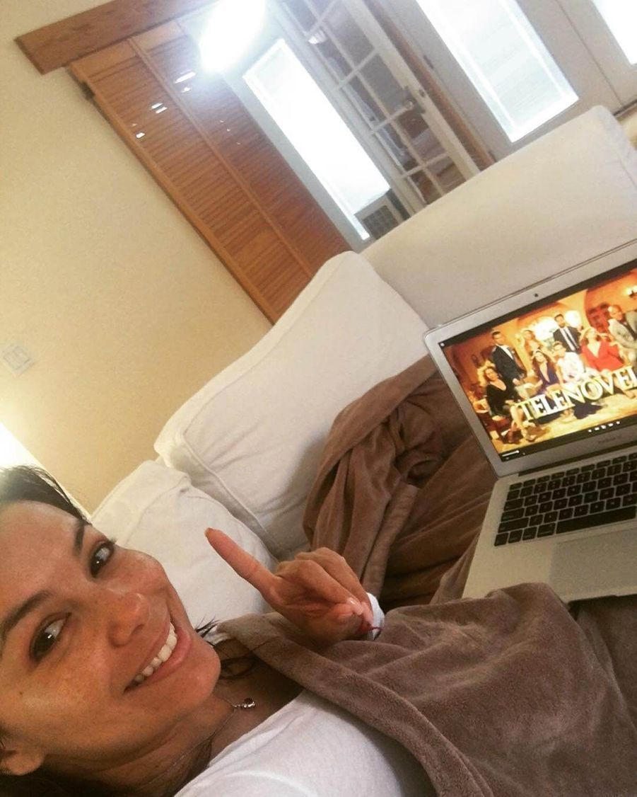 Eva Longoria regarde une série.