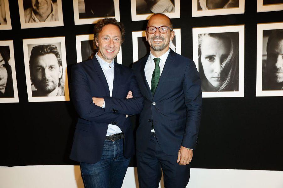 """Stéphane Bern et Lionel au vernissage de l'exposition """"Trois cartes blanches"""", à Paris, le 10 octobre 2017."""