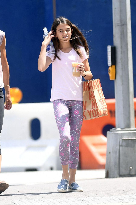 Suri Cruise en promenade avec sa mère Katie Holmes à New York le 22 juillet 2019