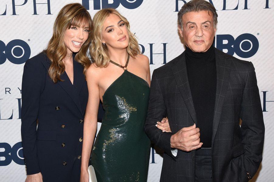 """Sylvester Stallone avec sa femme Jennifer Flavin et sa filleSistine Stallone à la première du documentaireHBO""""Very Ralph"""" à Los Angeles le 11 novembre 2019."""