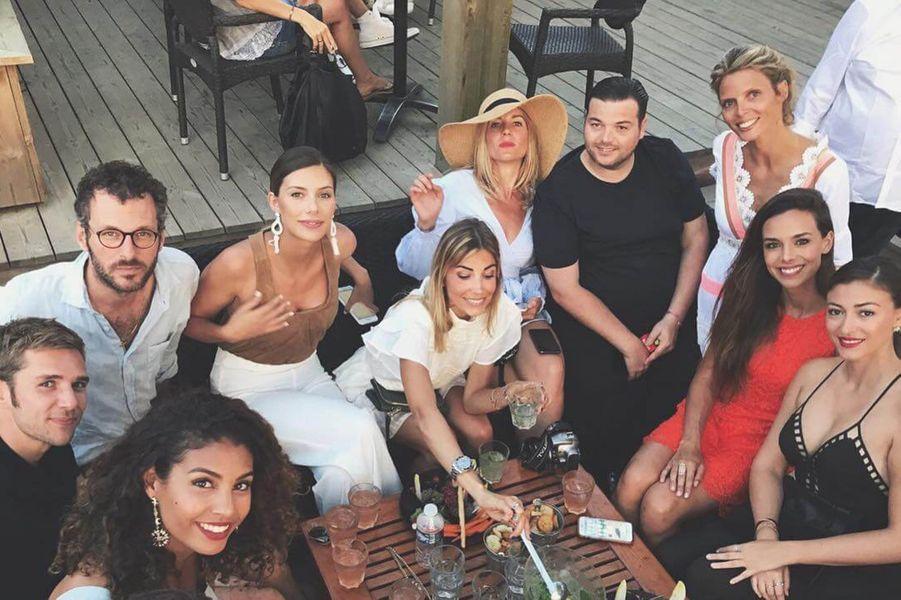 Sylvie Tellier entourée de plusieurs anciennes Miss lors de son mariage, en juillet 2017.