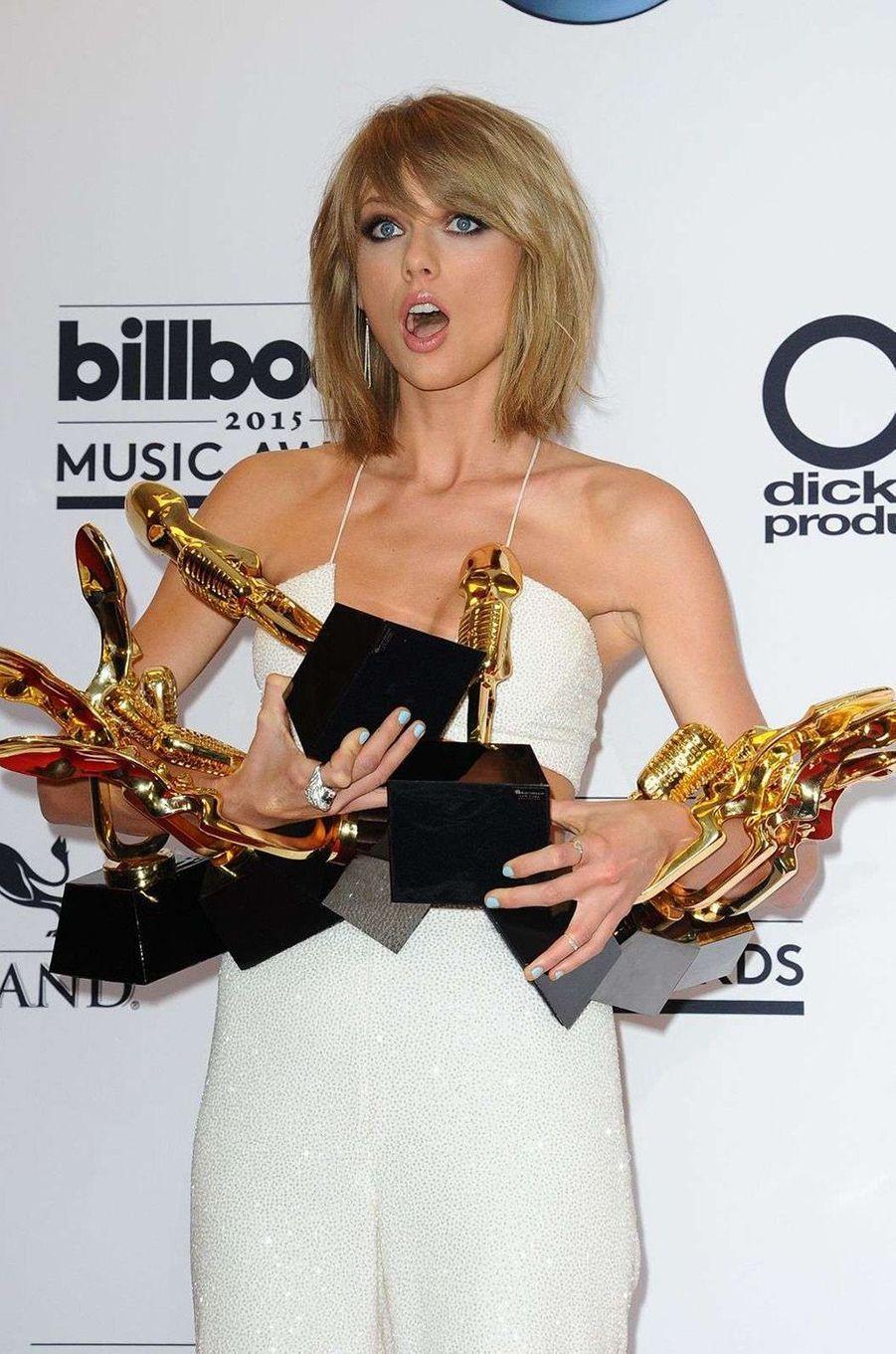 Taylor Swift rafle la mise lors des Billboard Music Awards 2015.