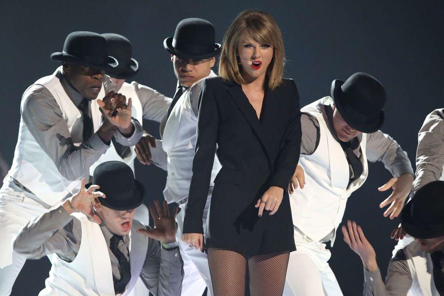 """Taylor Swift chante """"Blank Space"""" lors de la soirée des Brit Awards 2015."""