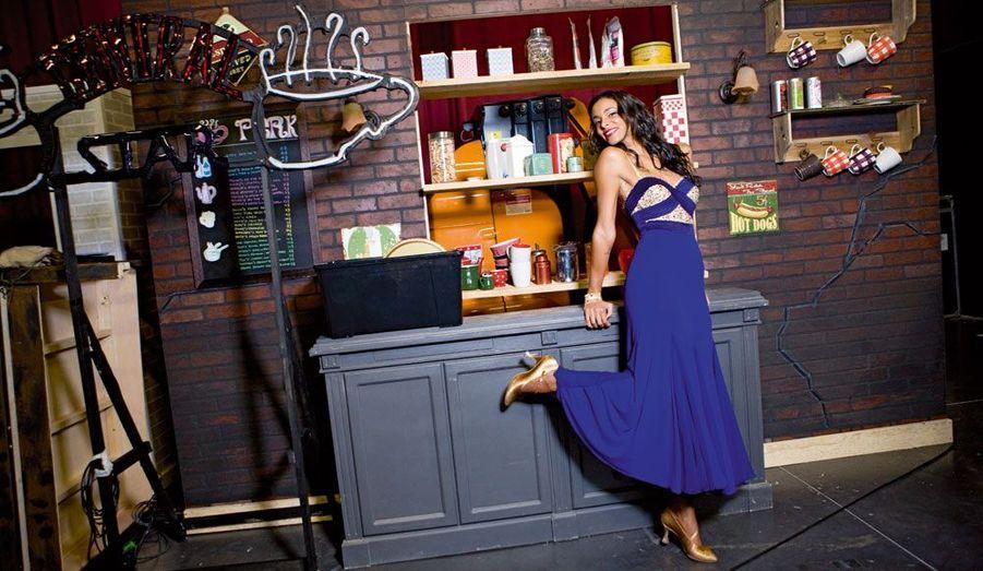 La chanteuse Shy'm devant le décor « série Friends » de l'émission. Prête pour un jive d'enfer, une danse entre boogie et rock'n'roll, qui exige beaucoup d'énergie. Celle que l'on attend au Zénith le 20 décembre n'en manque pas.