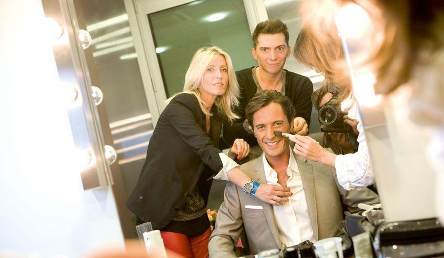 Quelques minutes avant le début de l'émission, Vincent Cerruti, le présentateur vedette du programme, entre les mains d'Amélie la styliste, de Véronique la maquilleuse et de Sylvain le coiffeur.
