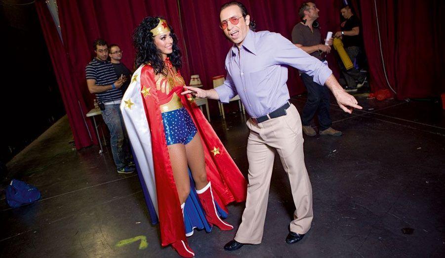 Philippe Candeloro, en voyou, doit entamer dans quelques minutes une samba avec Candice Pascal sur le générique de la série « Wonder Woman ». Quelques jours plus tard, lors d'une répétition, le médaillé olympique de patinage se tord la cheville, sans que la superhéroïne ne puisse voler à son secours.