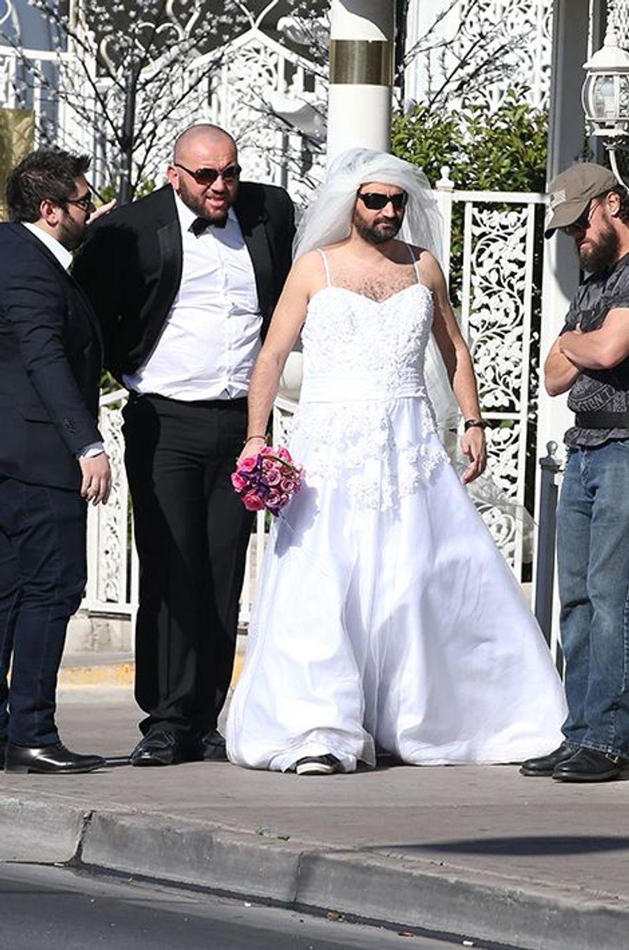 Cyril Hanouna, en robe de mariée, arrive à la Little White Wedding Chapel