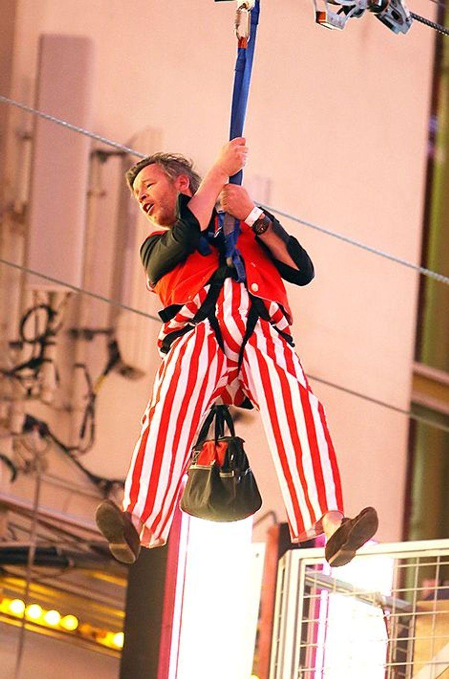 Jean-Michel Maire, en Oncle Sam, suspendu dans les airs sur la Freemont Street