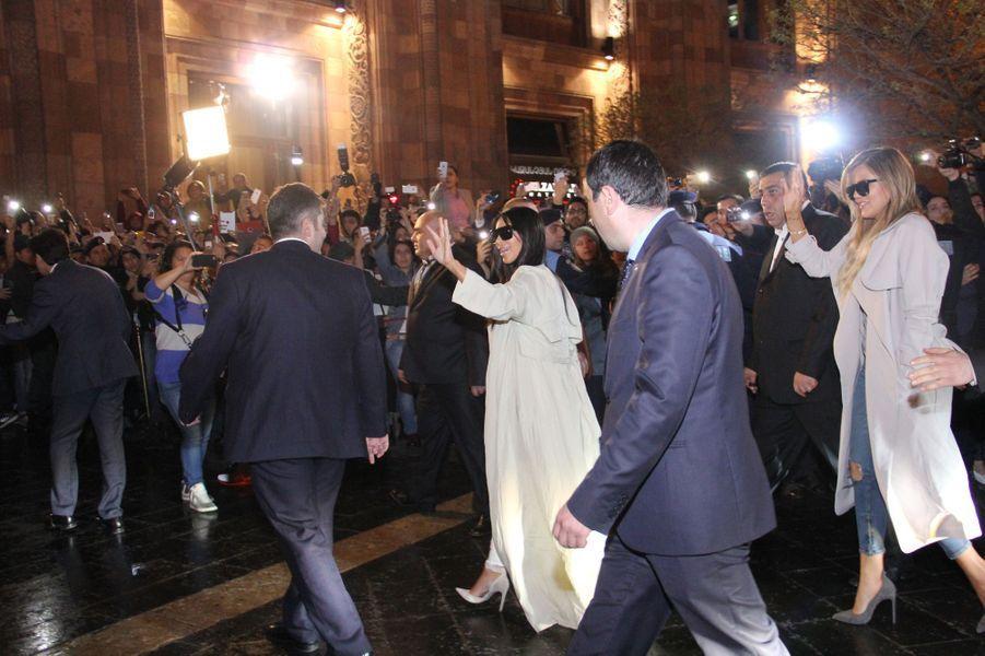 Kim Kardashian et sa soeur Khloé arrivent en Arménie