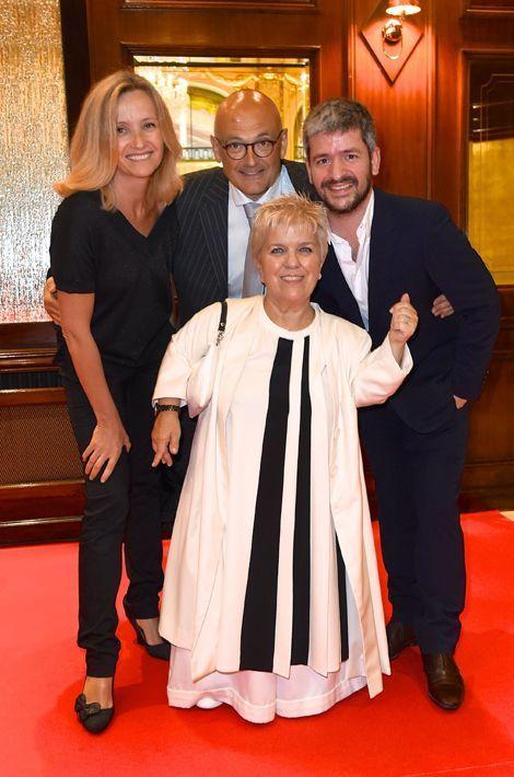 Mimie Mathy entourée de son mari (au milieu), du chanteur Gregoire (à droite) et de l'épouse de ce dernier (à gauche)