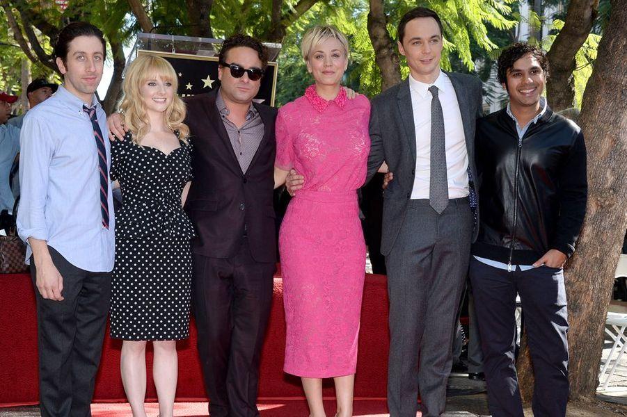 """Kaley Cuoco entourée de l'équipe de la série """"The Big Bang Theory"""" à Los Angeles le 29 octobre 2014"""
