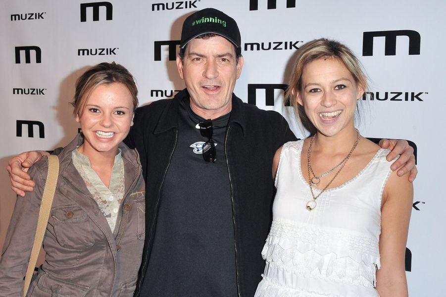 """Avec Bree Olson (à g.) et Natalie Kenly (à d.), des stars du X qu'il appelait ses """"déesses""""."""