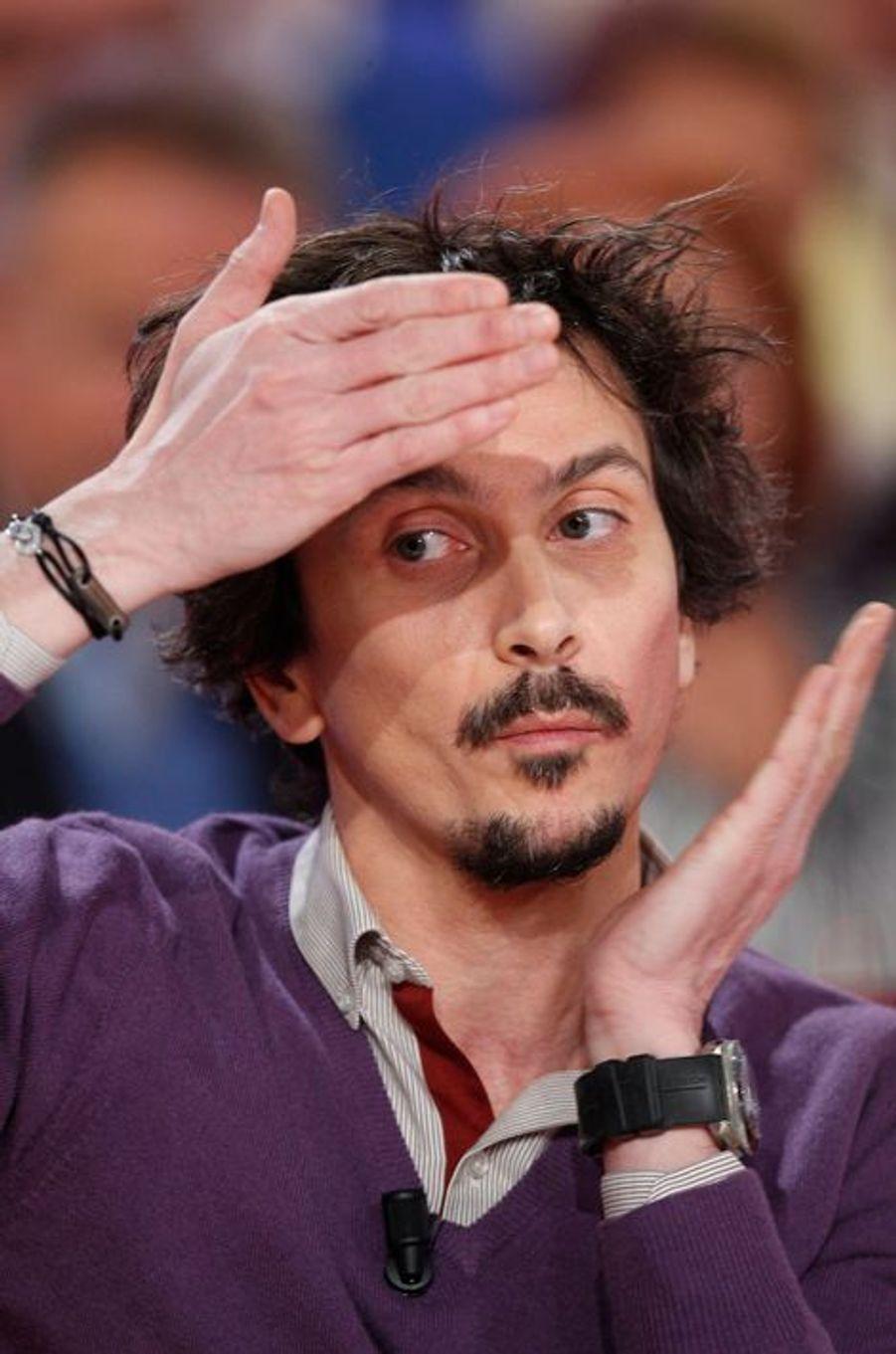 """Arnaud Tsamère lors de l'enregistrement de """"Vivement Dimanche"""" Stéphane Bern, le 18 février 2015"""