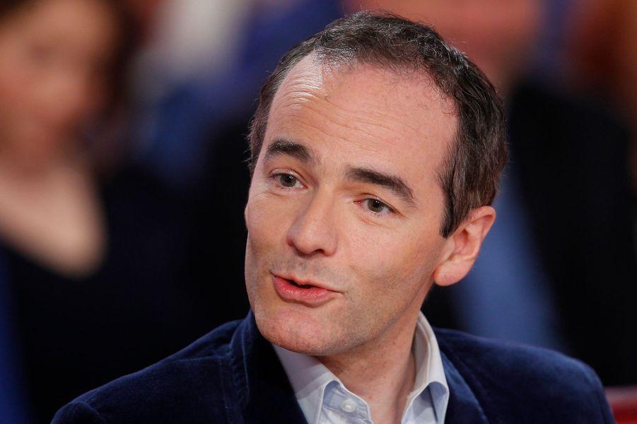 """Franck Ferrand lors de l'enregistrement de """"Vivement Dimanche"""" Stéphane Bern, le 18 février 2015"""