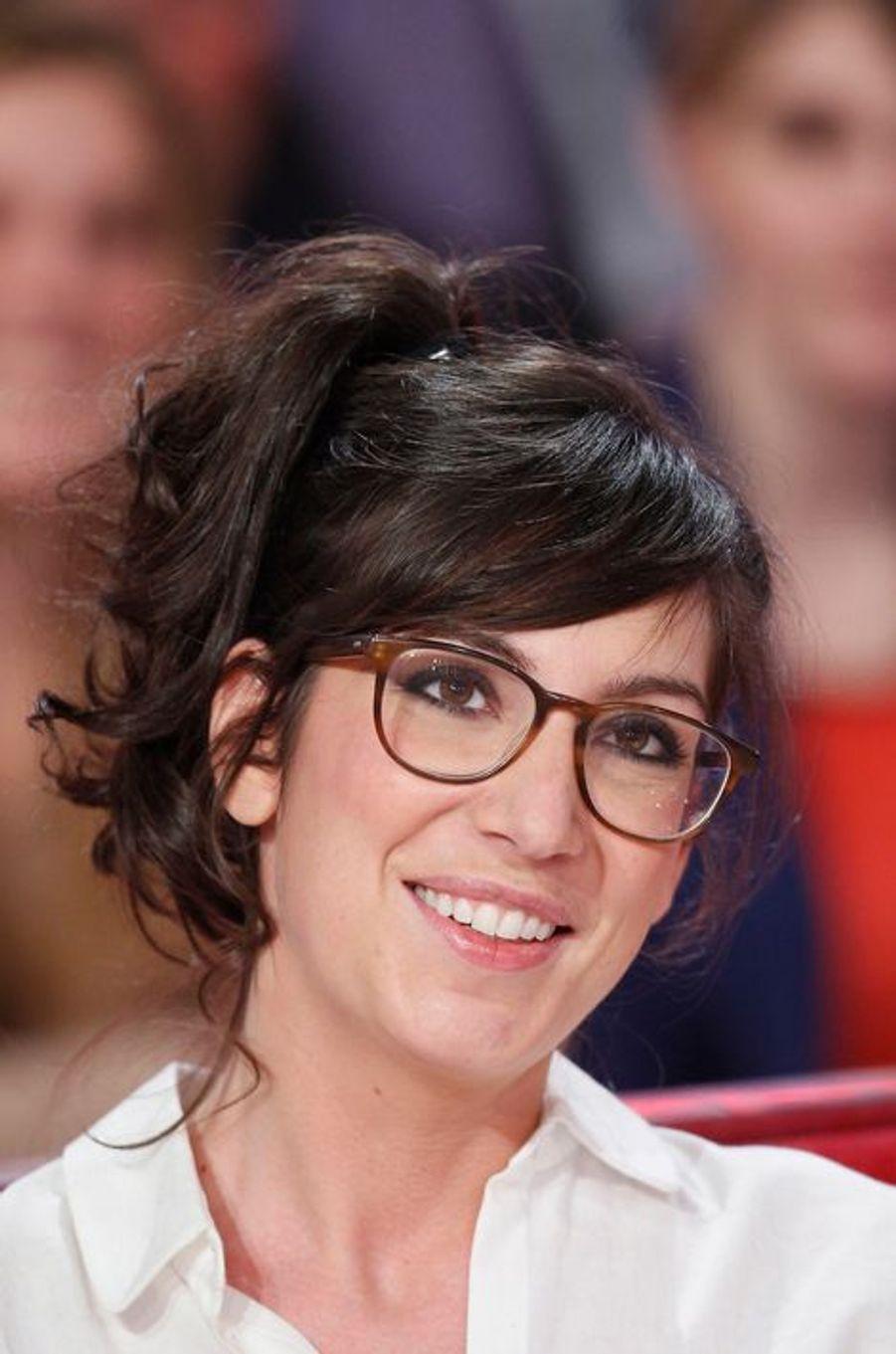 """Nora Hamzawi lors de l'enregistrement de """"Vivement Dimanche"""" Stéphane Bern, le 18 février 2015"""