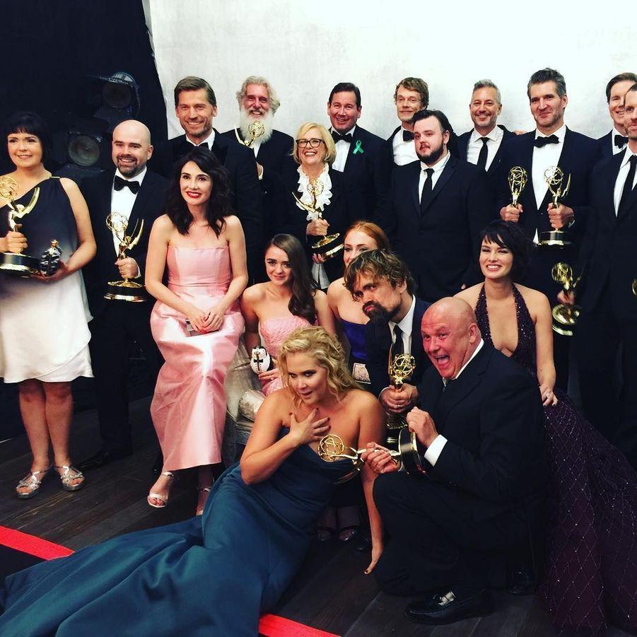 """L'humoriste Amy Schumer prend la pose avec le casting de """"Game of Thrones""""."""