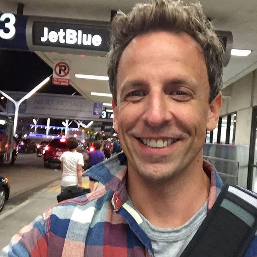 Seth Meyers quitte les Emmys 2015 pour se rendre à l'aéroport : l'humoriste doit préparer une émission ce lundi 21 septembre.