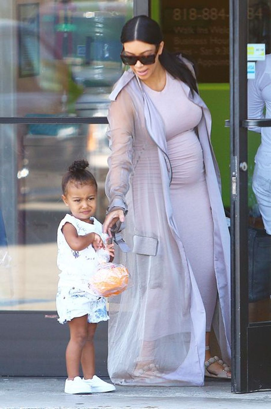 Kim Kardashian et sa fille North à Los Angeles le 2 août 2015