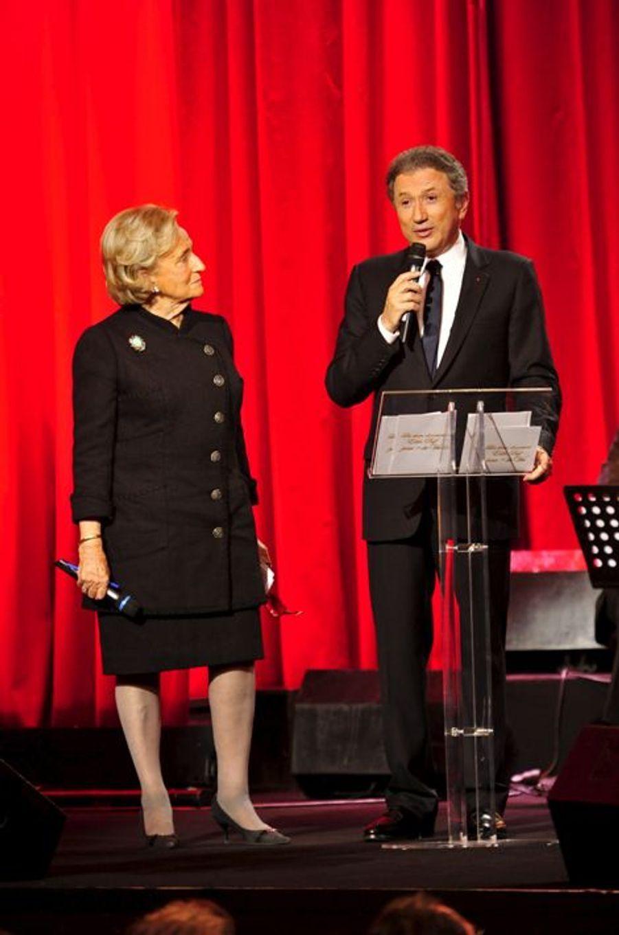 """Avec Bernadette Chirac lors de l'émission spéciale organisée par la Fondation de Paris-Hôpitaux de France pour l'opération """"Plus de vie"""", le 13..."""