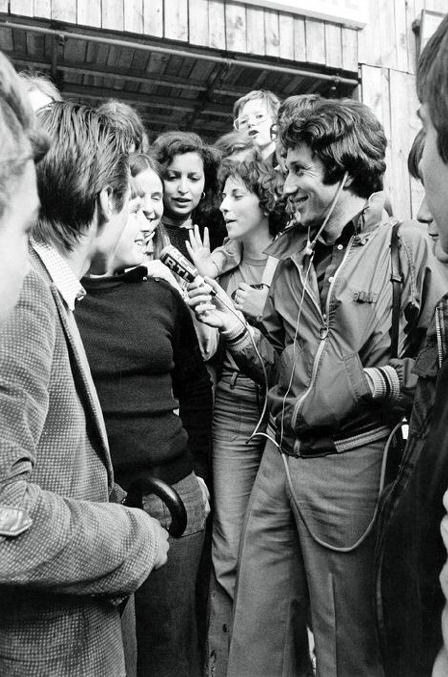 """Le 16 avril 1978. Pour l'émission """"RTL, c'est vous"""", Michel Drucker a visité 100 villes pour partir à la rencontre des auditeurs"""