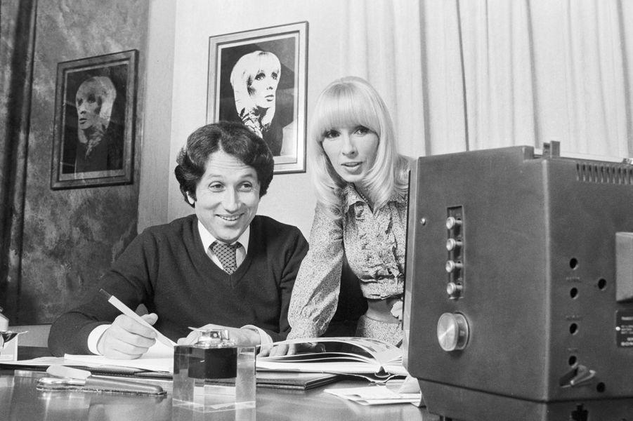 Michel Drucker et son épouse Dany Saval en mai 1977 lors d'un shooting organisé dans leur domicile