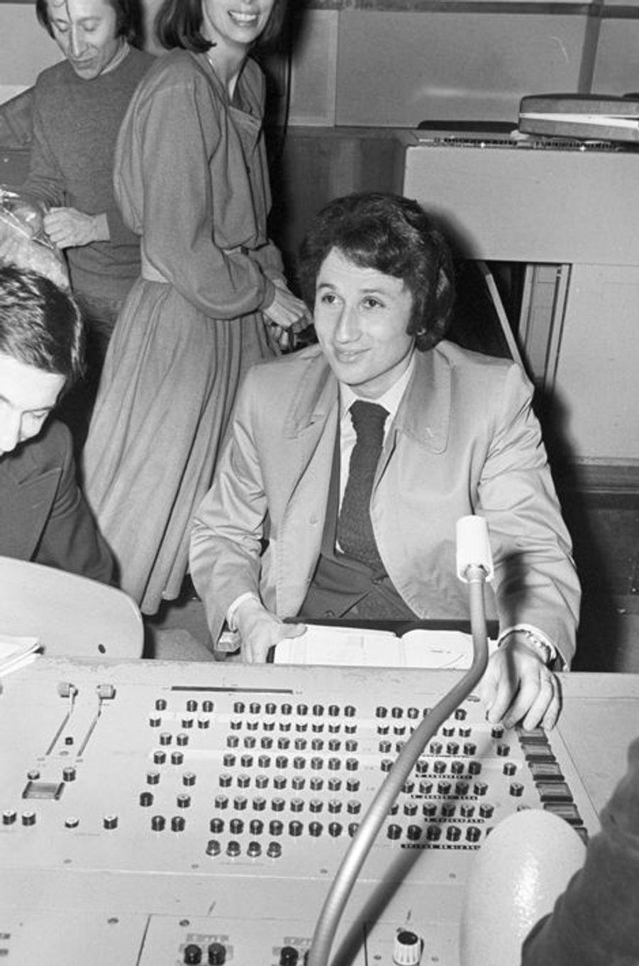 Paris, le 30 Décembre 1974. Lors de la suppression de l'ORTF en charge du service public de l'audiovisuel, Michel Drucker, animateur de télévisio...