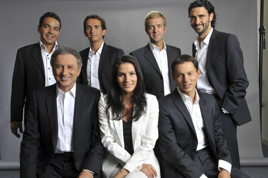 Photo d'équipe shootée le 28 août 2008: Michel Drucker aux côtés de sa nièce, Marie, de Marc-Olivier Fogiel, de Patrick Cohen, Alexandre Bompa...