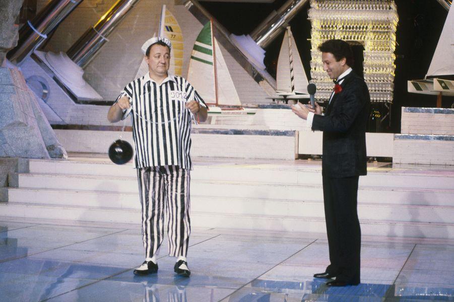 """Pour la dernière de l'émission """"Champs-Élysées"""" aux côtés de Coluche, le 29 juin 1985"""