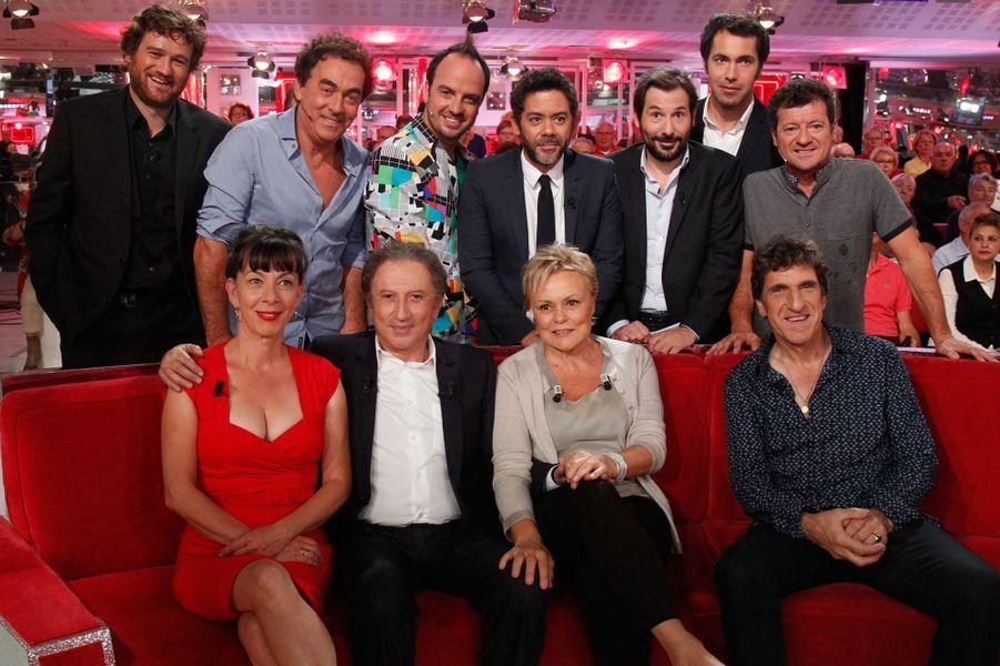 Michel Drucker avec Muriel Robin, entourés de la troupe d'humoristes, le 23 septembre 2015.
