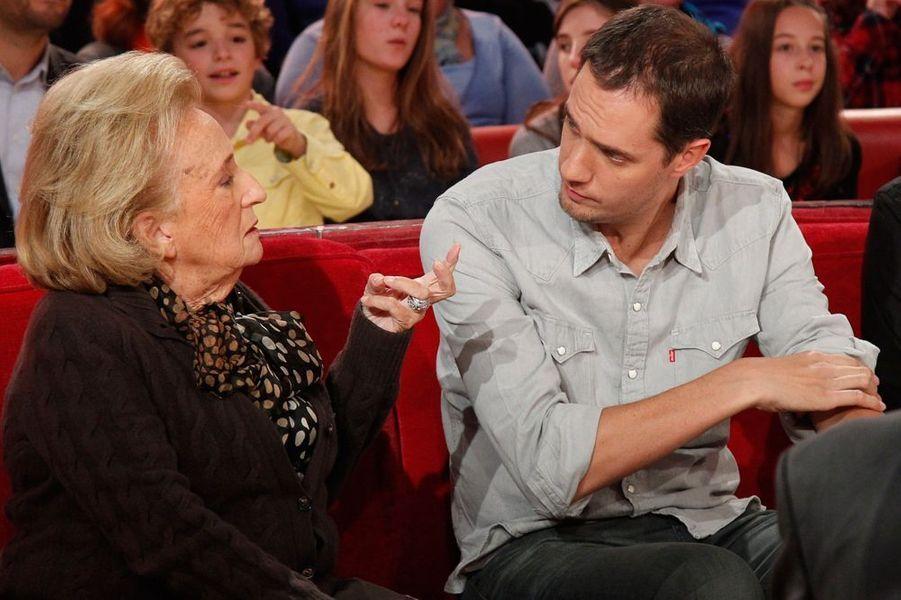 """Bernadette Chirac et Grand Corps Malade lors de l'enregistrement de l'émission """"Vivement Dimanche"""", le 28 octobre 2015"""