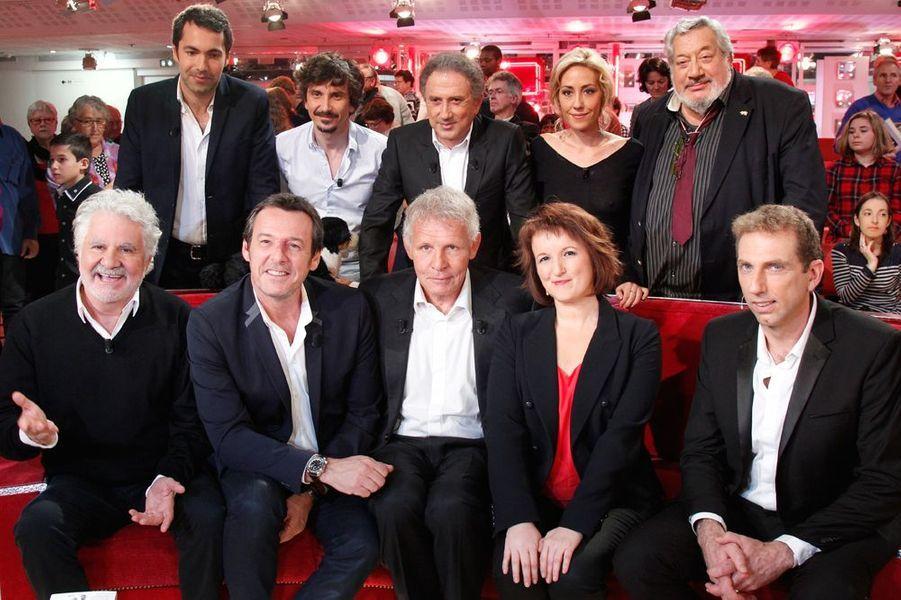 """Michel Drucker entouré de ses invités lors de l'enregistrement de l'émission """"Vivement Dimanche"""", le 28 octobre 2015"""