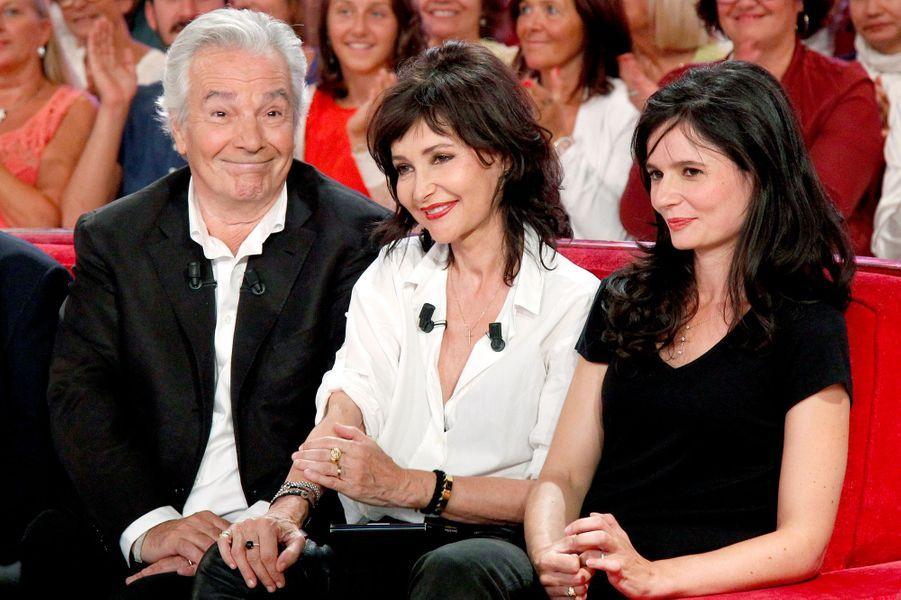 Pierre Arditi, Evelyne Bouix et Salomé Lelouch lors de l'enregistrement de «Vivement Dimanche» le 2 septembre 2015.