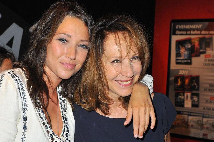 Laura tient sa mère dans ses bras au 3e festival d'Angoulême, le 27 août 2010