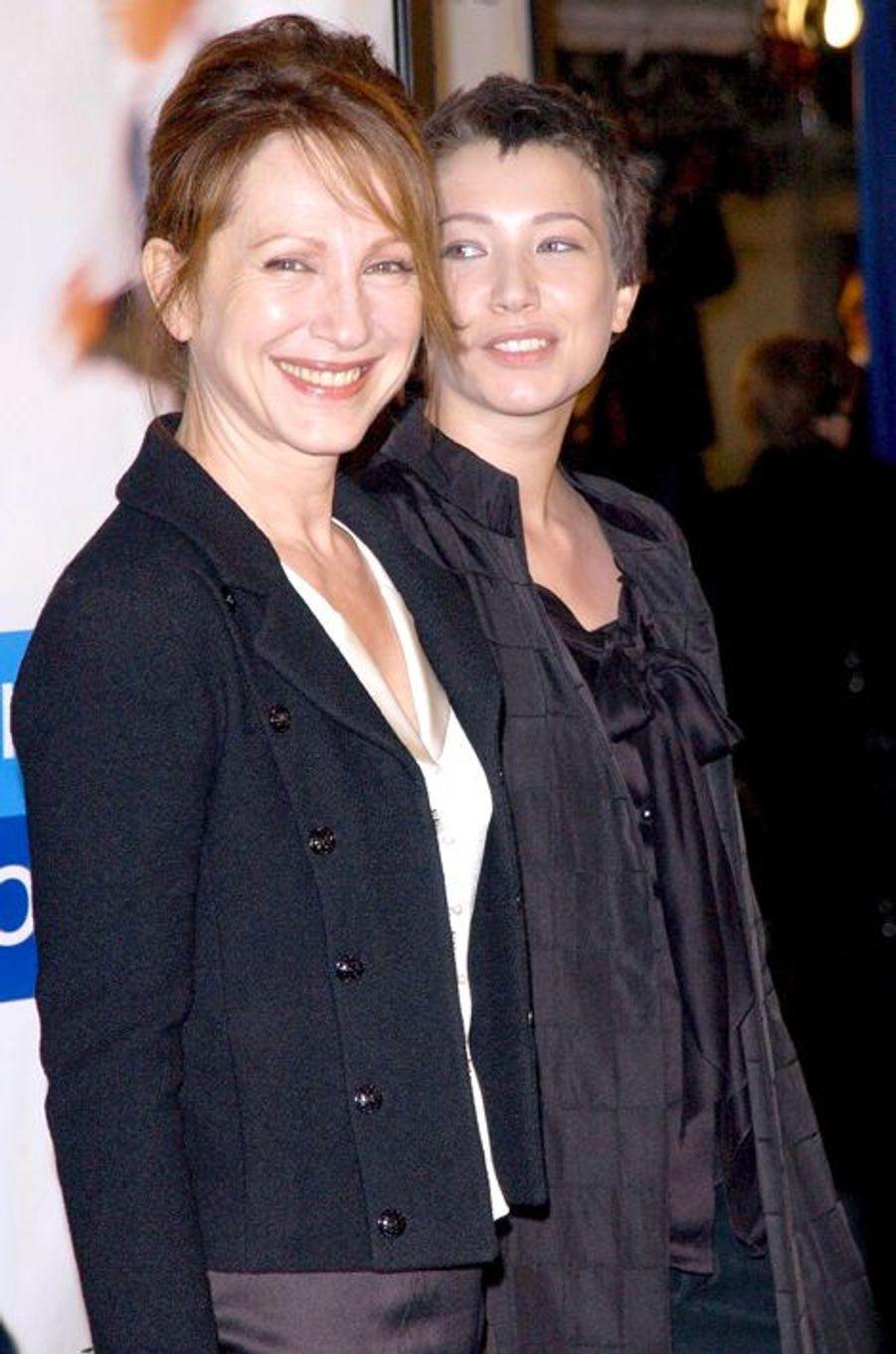 """Nathalie et Laura à l'avant-première de """"Arrête-moi si tu peux"""", le 16 décembre 2002"""