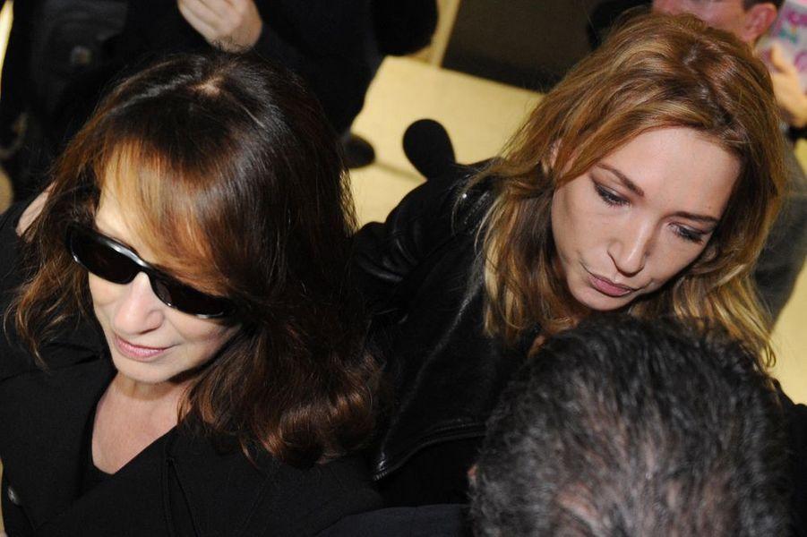 Nathalie et Laura rendent visite à Johnny à l'hôpital Cedars Sinai, à Los Angeles, le 13 décembre 2009
