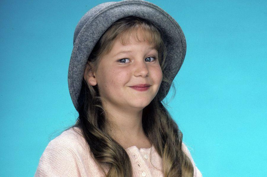 Candace Cameron Bure alias DJ Tanner.L'aînée des Tanner représentait la sagesse et le calme, toujours prête à aider son père et à réconforter ses soeurs. La jeune femme d'aujourd'hui 42 ans a fait quelques apparitions dans des téléfilms après l'arrêt de la série. Elle jouait notamment le rôle d'un ado tuée par son petit ami dans «Un amour étouffant». Elle a également retrouvé les jumelles Olsen dans le téléfilm «Deux Jumelles dans l'Ouest» en 1994. Candace Cameron Bure a ensuite préféré mettre sa carrière entre parenthèses après son mariage avec le hockeyeur Valeri Bure et la naissance de ses trois enfants avant de faire un retour dans «La Fête à la maison : 20 ans après».