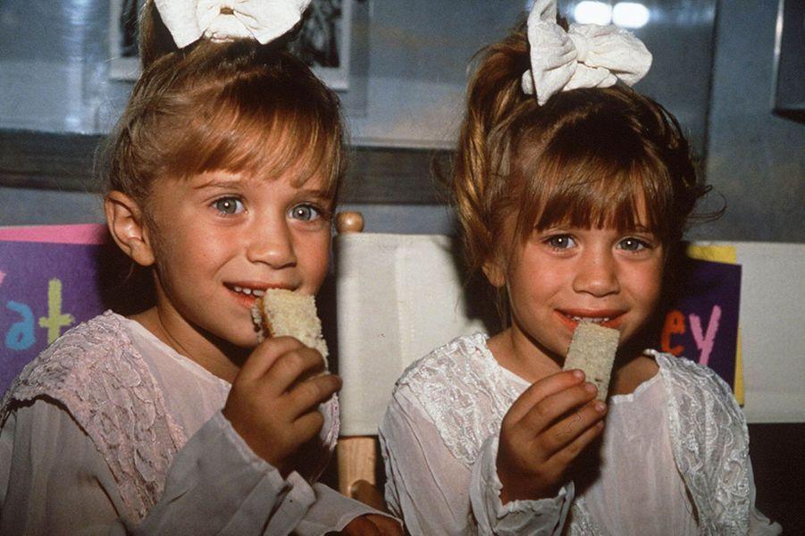Mary-Kate et Ashley Olsen alias Michelle Tanner.Les jumelles Olsen n'avaient que neuf mois lorsqu'elles ont partagé le rôle de l'adorable et espiègle Michelle dans la série. Chouchoutée par toute la famille mais toujours prête à faire une bêtise, la petite fille est rapidement devenue la coqueluche des téléspectateurs, faisant de Mary-Kate et Ashley de véritables stars. Les sœurs ont ensuite enchaîné les rôles dans les années 90 et au début des années 2000. Comme beaucoup d'enfants stars, elles ont ensuite connu un passage à vide, Mary-Katefaisant une dépression et tombant dans l'anorexie. Si elles sont moins présentes à l'écran, elles sont cependant devenues de véritables business women. Elles ont lancé leurs lignes de vêtements, The Row, Elizabeth and JamesetOlsenBoye. En 2012, le duo a d'ailleurs remporté un CFDA, prix qui récompense les créateurs de mode de l'année. Mary-Kate est en couple avec Oliver Sarkozy, demi-frère de Nicolas.