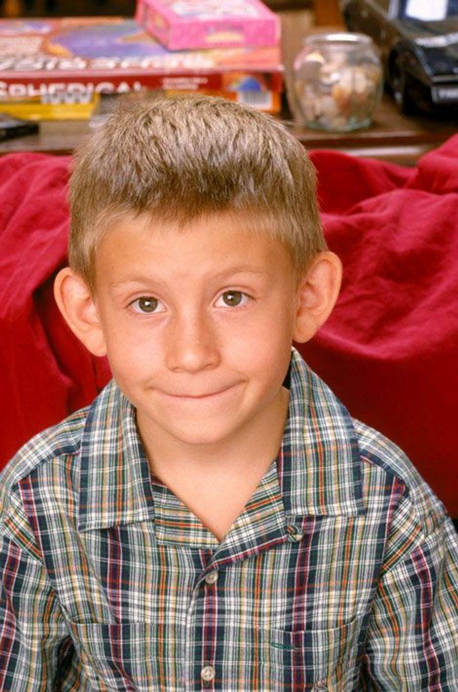 Reconnaissez-vous cet air? «Poupi Poupi Poupi Pou, Poupi Poupi Poupi Pou». Dewey est le plus jeune des quatre frères, jusqu'à la naissance du petit Jamie. Victime des blagues (pas toujours très sympathiques) de Malcolm, Francis et Reese, Dewey est lui aussi un petit génie. Joué par Erik Per Sullivan, le personnage est devenu une véritable icône de la pop culture. En 2003, il a doublé la voix de Sheldon dans «Nemo». A part quelques rares apparitions à la télévision, il a disparu des écrans.