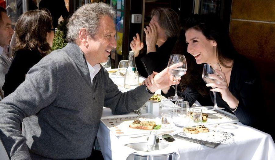 Au restaurant Miramar, sur le Vieux-Port, Michel Drucker et sa nièce Marie partagent un déjeuner sportif arrosé à l'eau.