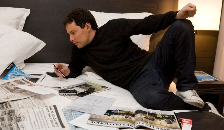 Jeudi soir, un « Marco » Fogiel studieux prépare son émission dans sa chambre d'hôtel.