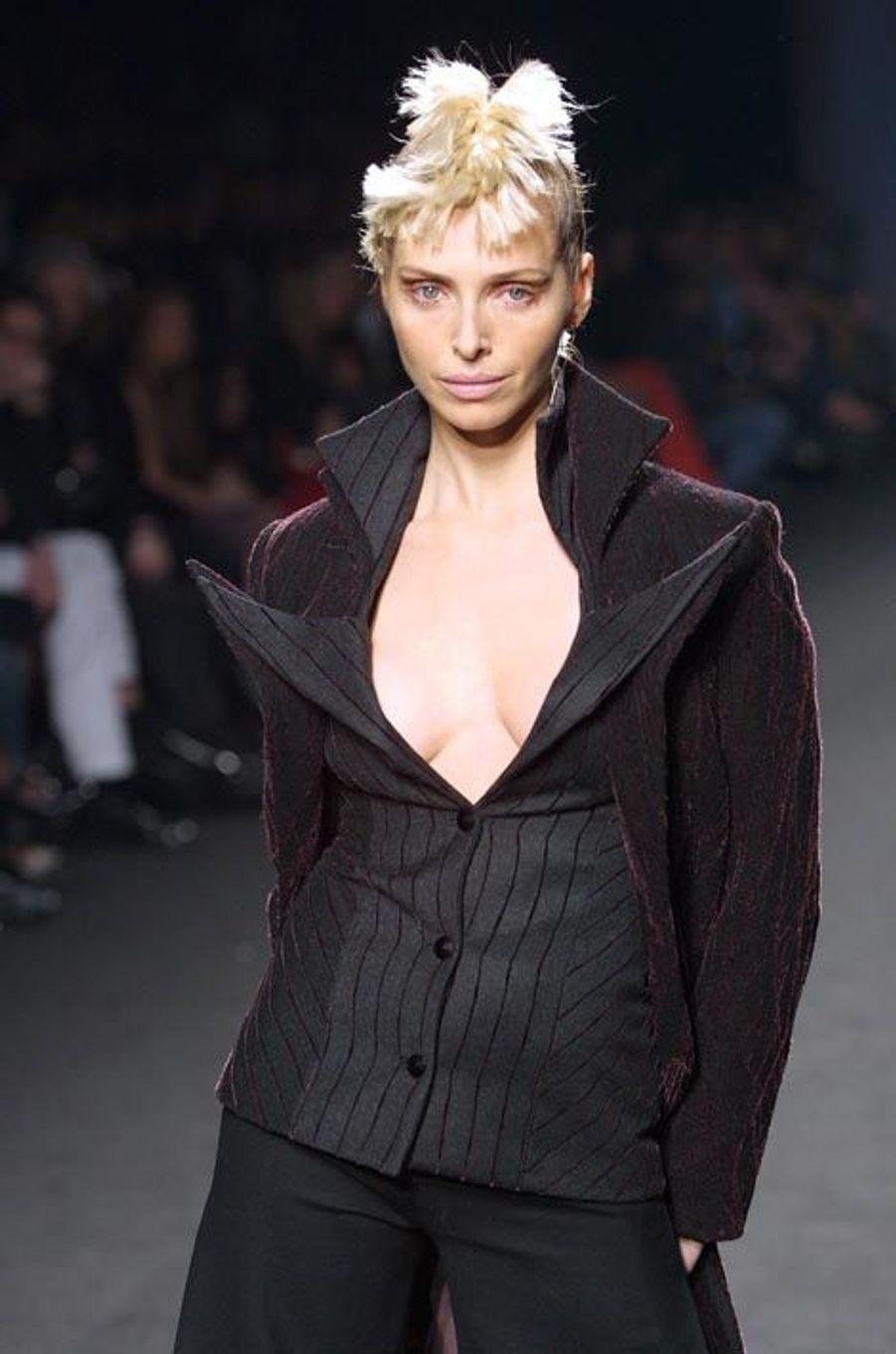 Tonya Kinzinger lors du défilé Fatima Lopes à la Fashion de Paris en 2002