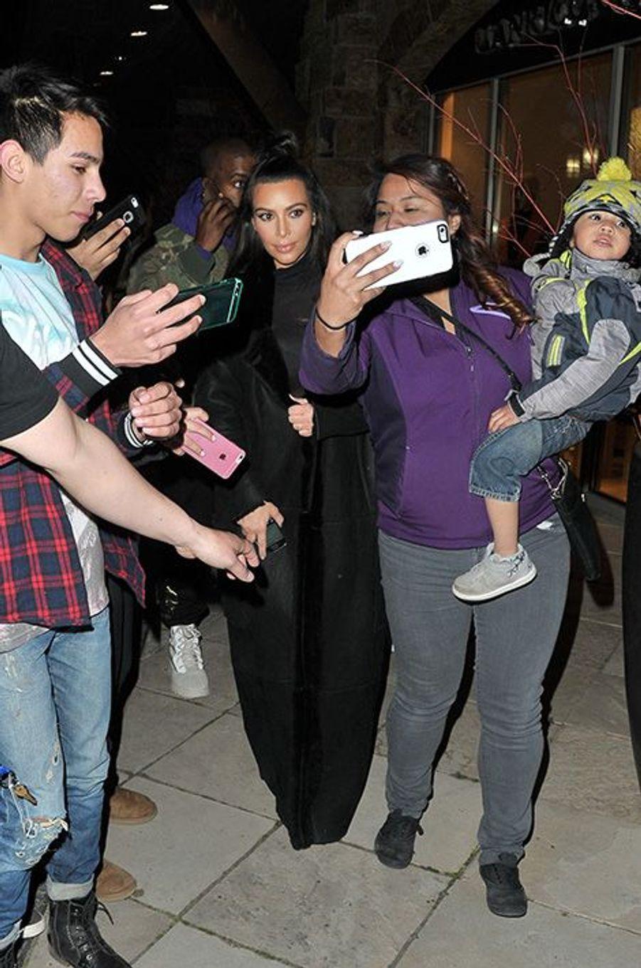 Affolement général à l'apparition de Kim Kardashian dans la station de ski, le 6 avril 2016