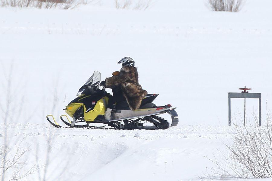 Kim Kardashian avec sa fille North sur un scooter des neiges, le 6 avril 2016