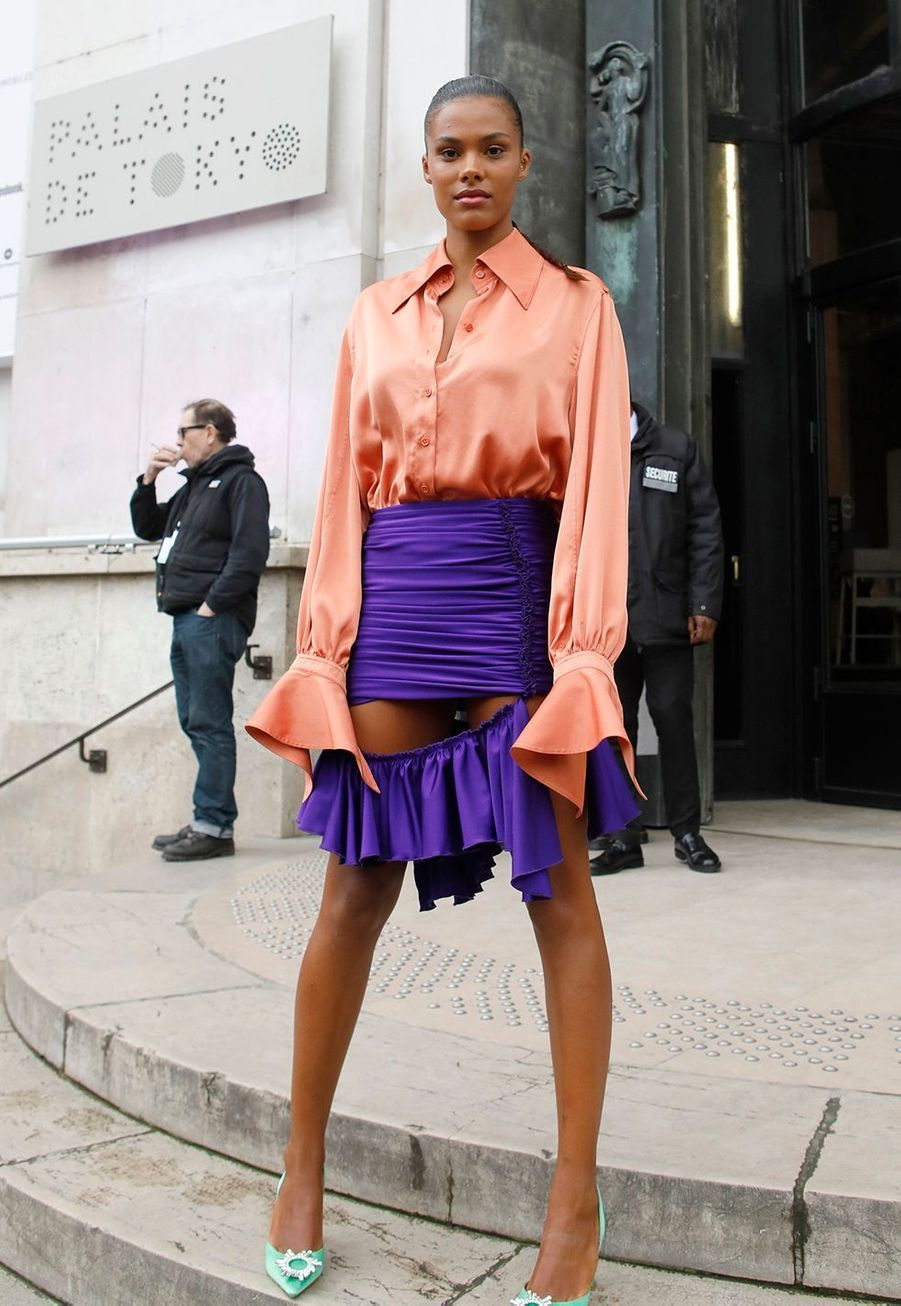 """Tina Kunakey arrive au au défilé de mode prêt-à-porter """"Mugler"""" au Palais de Tokyo à Paris, le 26 février 2020."""