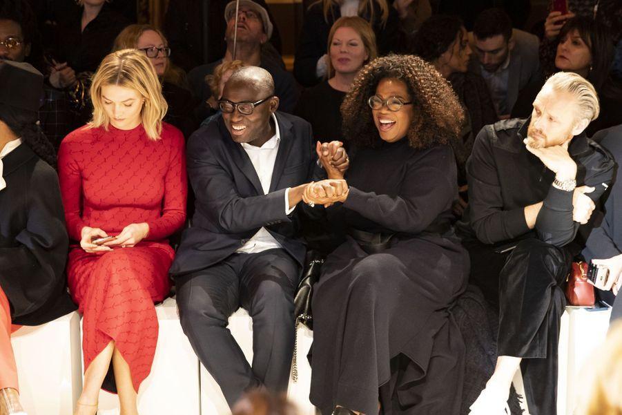 Karlie Kloss, Edward Enninful, Oprah Winfrey et Alasdhair Willislors du défilé Stella McCartney à Paris, le 4 mars 2019