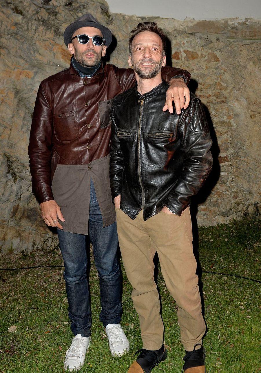 L'artiste JR et Mathieu Kassovitzlors de la soirée Magnum à Cannes, le 15 mai 2019